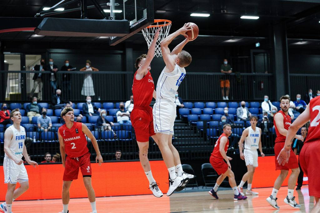 Elias Valtonen teki Urhea-hallin ensimmäisen virallisen korin maaottelussa Tanskaa vastaan.